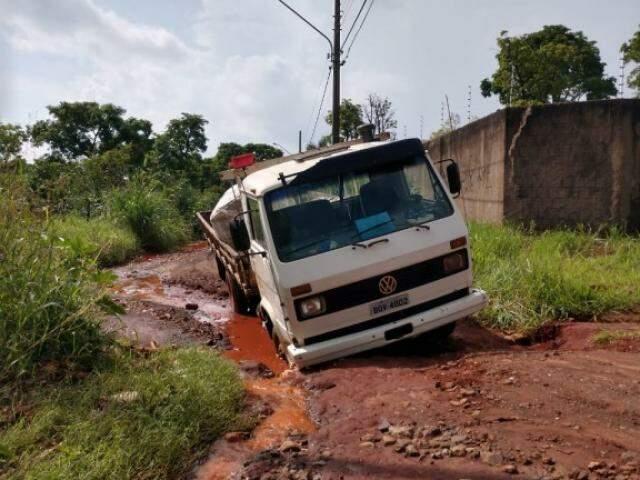 Vala em rua do Rita Vieira dificulta até passagem de caminhões. (Foto: Direto das Ruas)