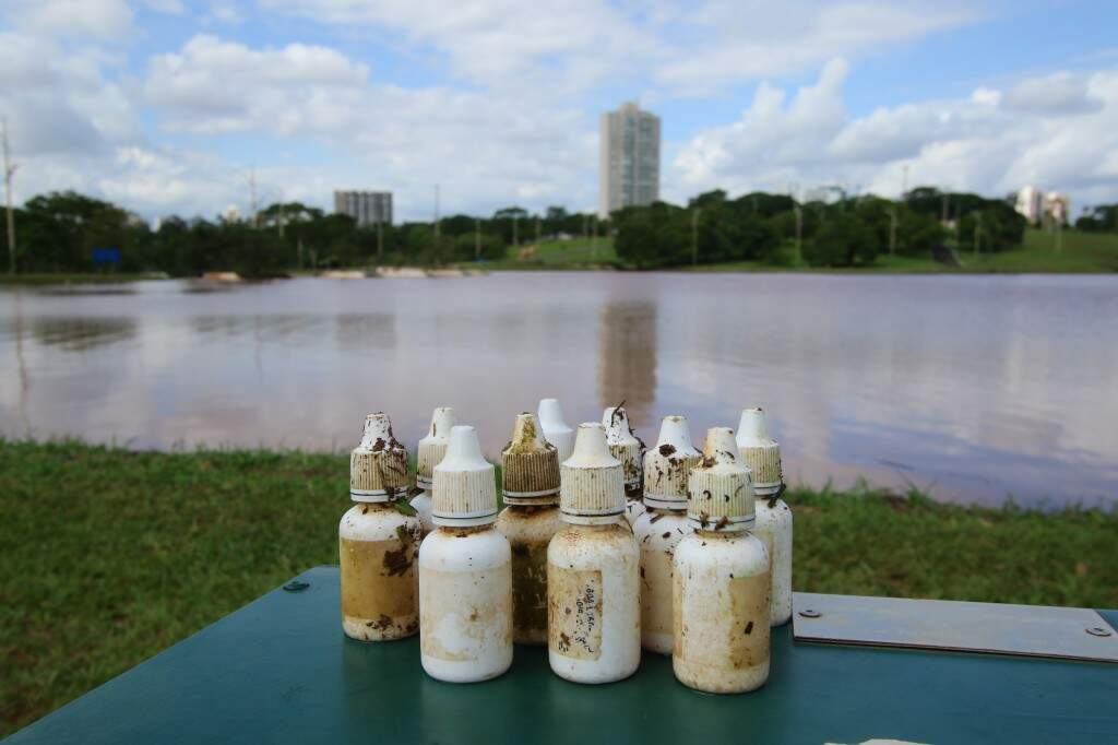 Vários frascos de remédio foram encontrados no lago (Foto: André Bittar)