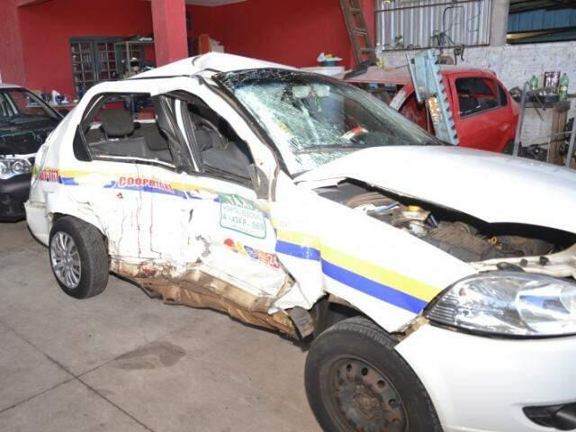 Com o impacto da batida, carro foi arremessado contra muro da Secretaria Municipal de Saúde. (Foto: Simão Nogueira)