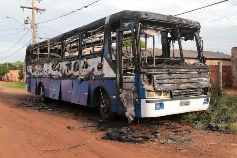 ônibus particular, que estava na frente da igreja, também foi alvo. (Foto: Marcos Ermínio).