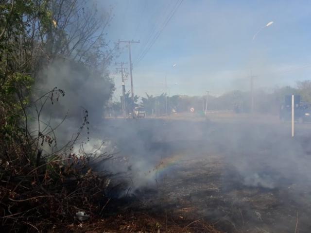Chamas e fumaçavam estavam próximas à rodovia de acesso à cidade de Corumbá. (Foto: Corpo de Bombeiros/Divulgação)
