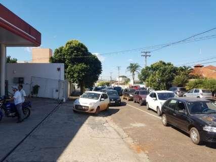 Para abastecer, motoristas fazem fila dupla e invadem contramão no Centro