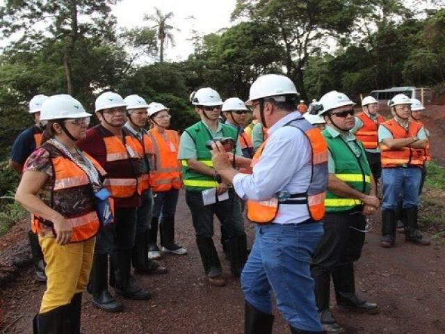 Técnicos durante vistoria de minerador em Corumbá.(Foto: Divulgação)