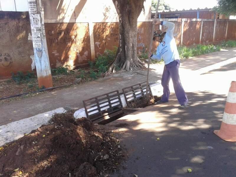 Bernardino trabalha na limpeza de boca-de-lobo em Campo Grande(Foto: Simão Nogueira)