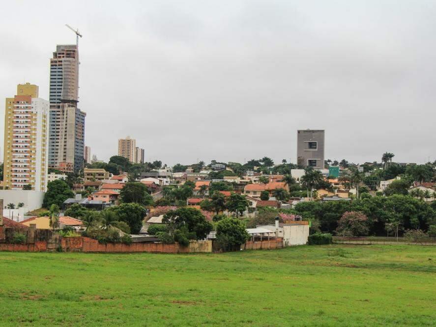 O dia na capital sul-mato-grossense amanheceu com céu nublado e previsão é de chuva no decorrer do dia  (Foto: Marina Pacheco)