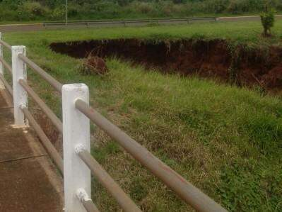 Erosão preocupa a população que passa pelo local. (Foto: Direto das Ruas)