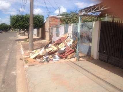 Sem dinheiro para pagar por caçamba, empresa desepeja lixo em calçada de cliente