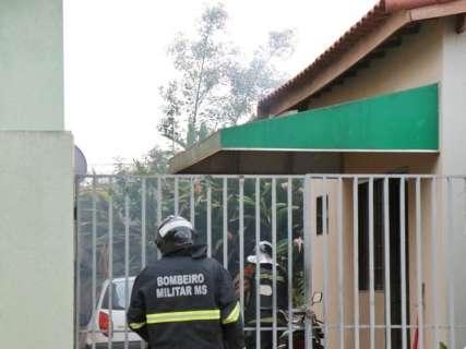Fogo em lixo no quintal de residência levanta fumaça e assusta vizinhos