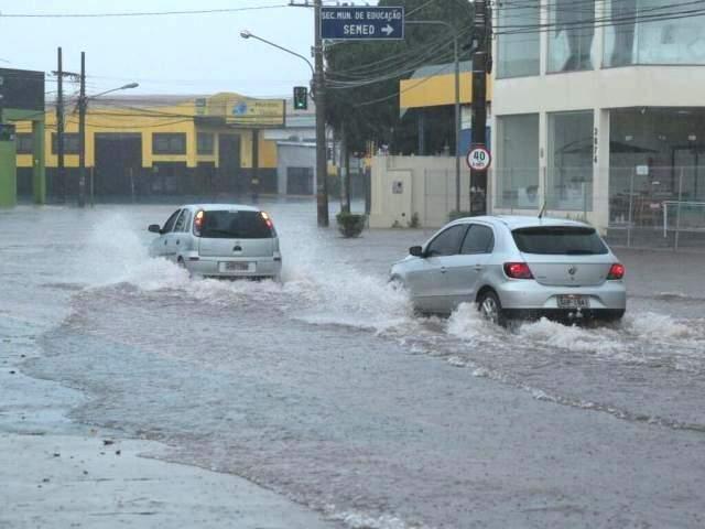 Chuva alagou trecho na Avenida Ceará (Foto: Alcides Neto)
