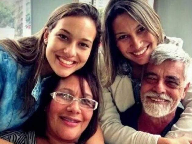 Irmãs ao lado da família. (Foto: Arquivo Pessoal)