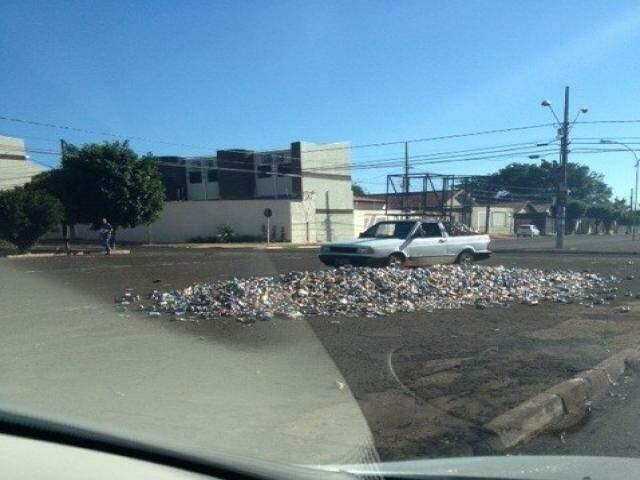 Internauta registrou momento que veículo passa sobre o lixo na rua da feira (Foto: Repórter News)