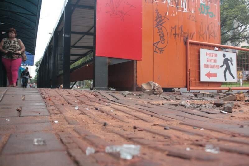 Ponto de ônibus é depredado na Avenida Afonso Pena (Foto: Marcos Ermínio)