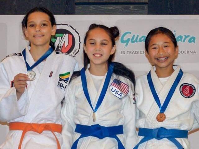 Sul-mato-grossense Rafaela da Silva segura medalha de prata na categoria -34 kg (Foto: Divulgação)