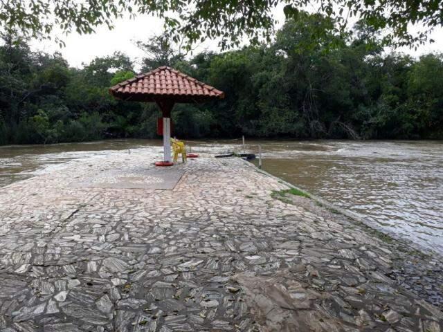 Água alcançou passarela de pedra no Balneário Municipal de Bonito (Foto: divulgação)