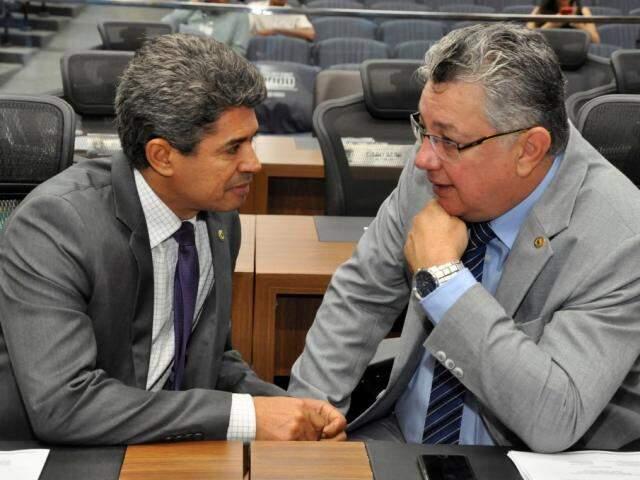 Deputado Rinaldo Modesto (PSDB) ao lado de Evander Vendramini (PP), autor do projeto, durante sessão (Foto: Luciana Nassar/ALMS)