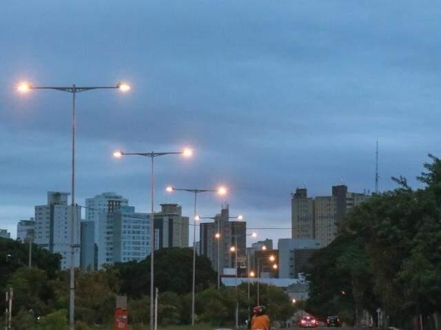 Terça-feira amanheceu com céu nublado em Campo Grande. (Foto: Henrique Kawaminami)