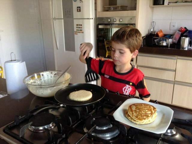 Tomás Arazini Garcia Nunes mora em Paranaíba e diz que adora cozinhar. (Foto: Arquivo Pessoal)