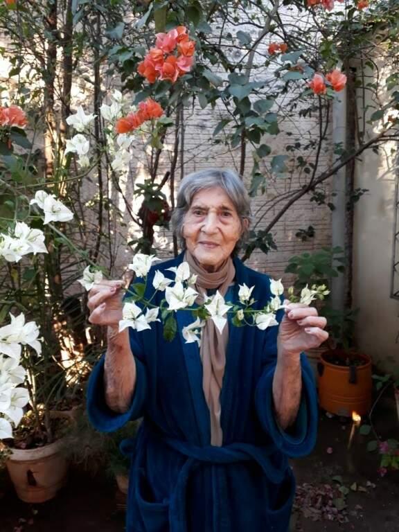 Francisca em meio as primaveras que cultivou ao longo da vida (Foto: Arquivo Pessoal)