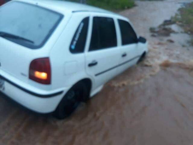 Carro ficou danificado no para-choque, assoalho e ficou inundado (Reprodução/Vídeo)