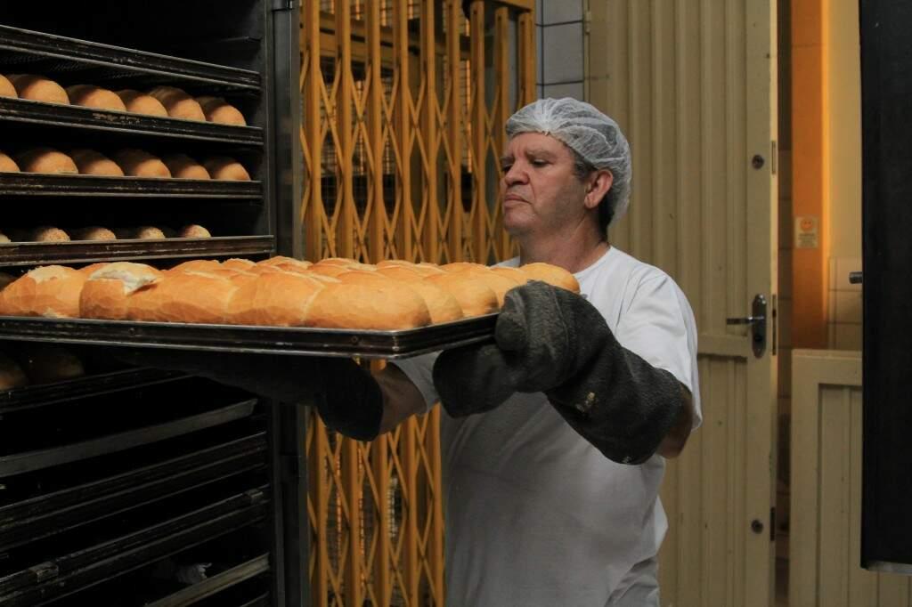 """""""Maradona"""" assa cerca de 400 pães todas as manhãs (Foto: Marina Pacheco)"""