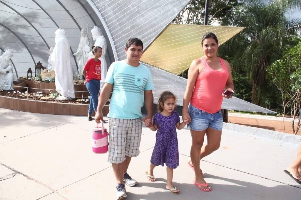 Casal Dorival e Rosangela com a filha durante passeio (Foto: Marcos Ermínio)