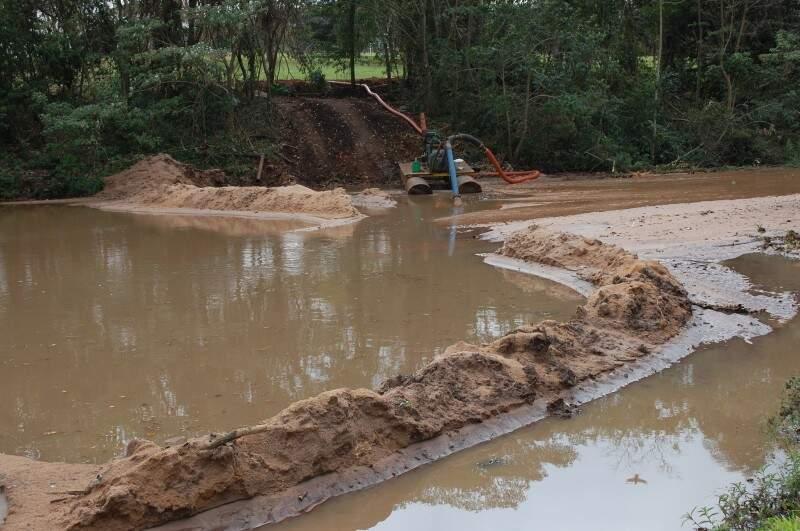 Os trabalhos para retirada da areia e do lodo dos lagos começaram na última quinta-feira. (Foto: Simão Nogueira)