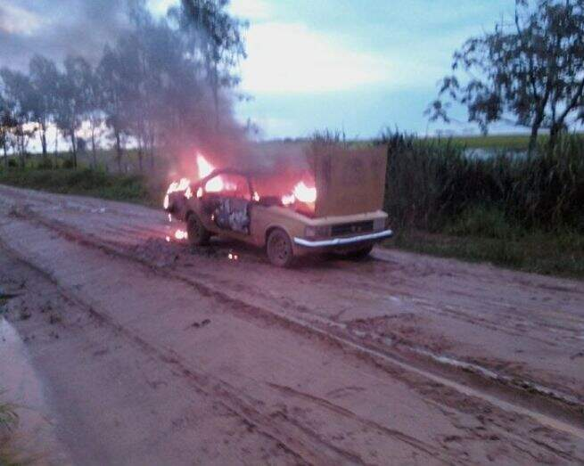 Ninguém foi visto perto do veículo que estava em chamas. (Foto: Divulgação)