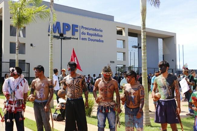 Índios na porta do MPF, nesta manhã