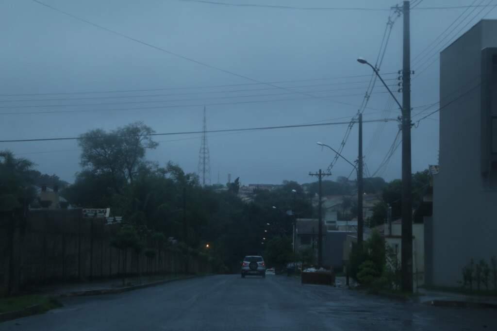 Registro da tarde chuvosa de quarta-feira, em Campo Grande, nas últimas horas do verão. (Foto: Kísie Ainoã).