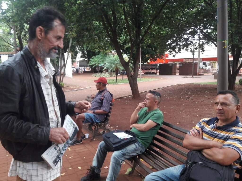 Luiz Carlos costuma ler jornais e ver noticiários para checar os fatos (Izabela Sanchez)