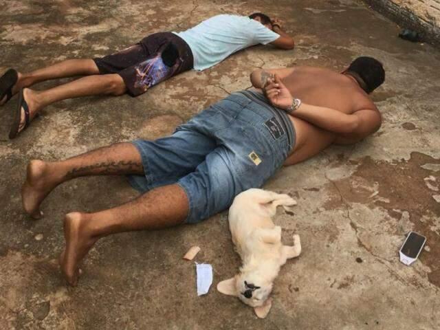 Suspeitos deitados ao lado de cachorrinha durante abordagem (Foto: Reprodução/ Passeando em Campo Grande)