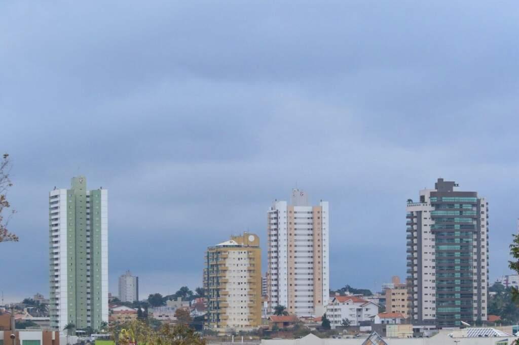 Dia amanhece nublado e pode chover durante o dia. (Foto: André Bittar)