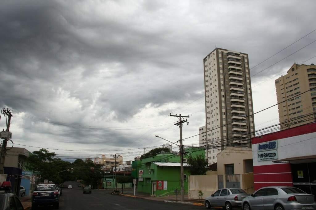 O céu amanheceu carregado em Campo Grande e previsão é de chuva (Foto: Marcos Ermínio)