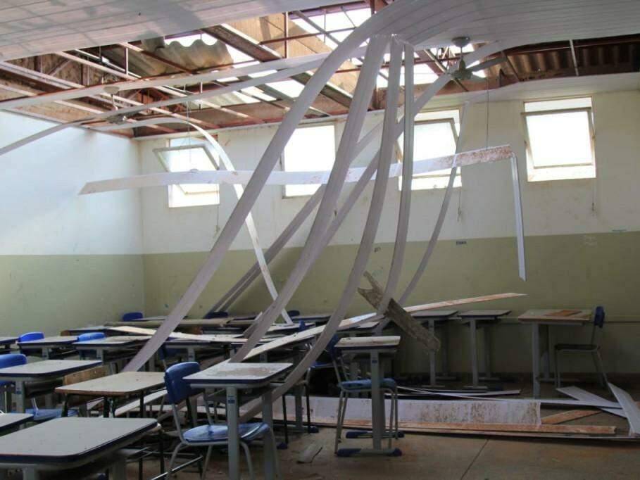 Telhado e forro de escola em Bandeirantes foram destruídos durante temporal. (Foto: Marina Pacheco/Arquivo)