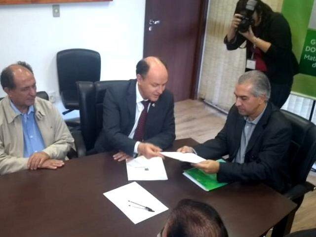 Governador recebeu de Mochi projeto que reduz alíquota de ICMS sobre o diesel. (Fotos: Humberto Marques)