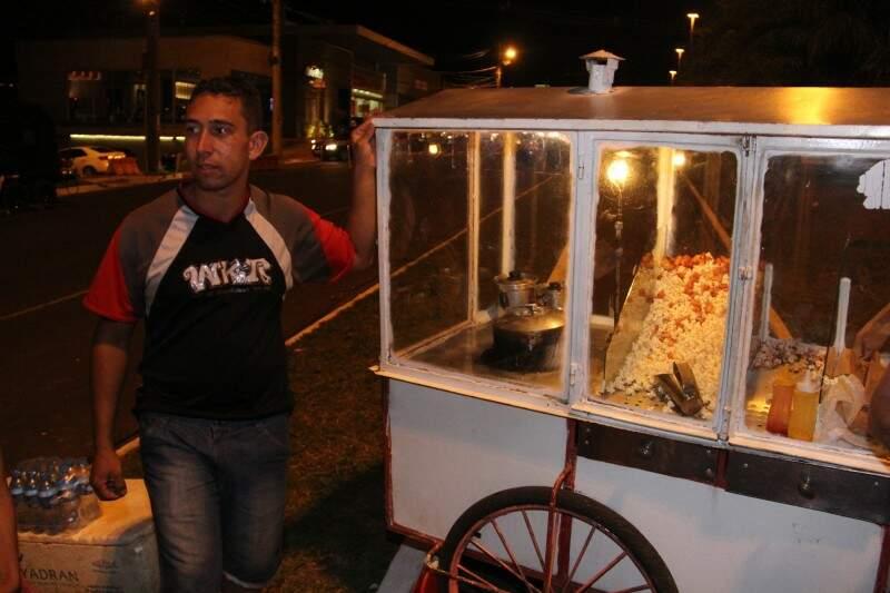 Pipoqueiro ficou feliz pelo resultado político e pelas vendas. (Foto: Alan Nantes)