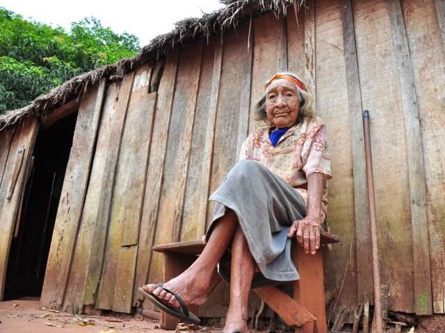 Eleonora Vasque, 105 anos de aldeia, antes mesmo de o município de Amambai existir. (Foto: João Garrigó)
