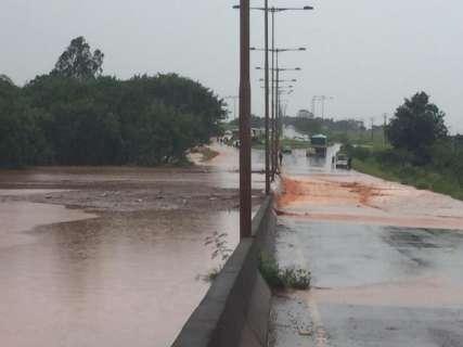Córrego transborda em dia de muita chuva e alaga rodovia e bairros