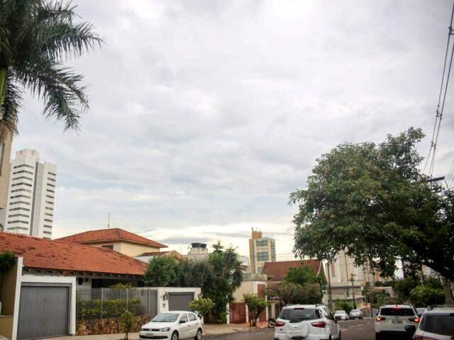 Céu nublado sobre Campo Grande na tarde desta quarta-feira; expectativa é de chuvas nas próximas horas. (Foto: Paulo Francis)