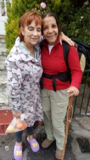 Das pessoas que se conhece no caminho: com frutas, dona Dolores acolhe peregrinos no abraço. (Foto: Arquivo Pessoal).