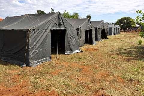 Tendas para abrigar famílias transferidas da Cidade de Deus são montadas