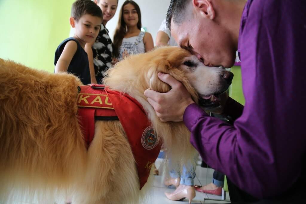 Kauê recebeu muitos abraços e beijos de quem estava na cerimônia de sua aposentadoria. (Foto: Marcos Ermínio)