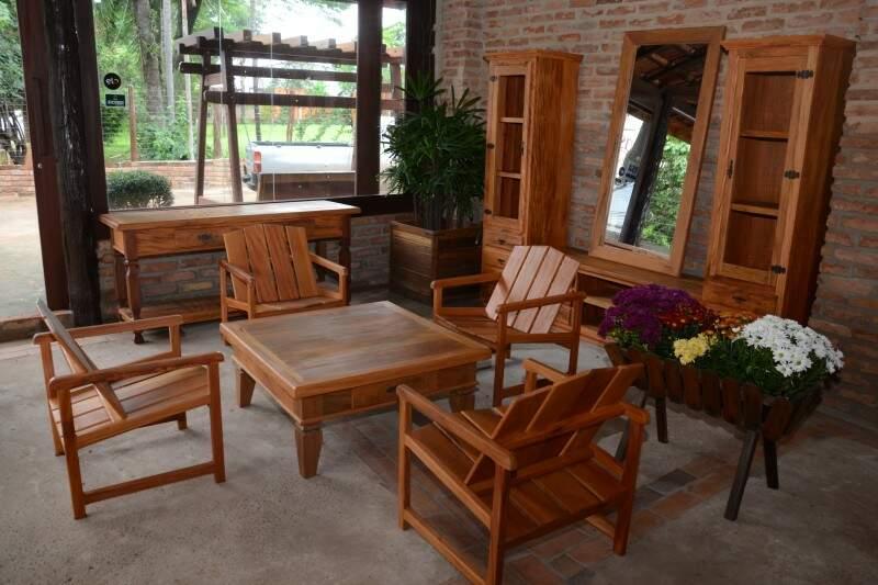 Cadeiras feitas com madeira de demolição, inclusive com assoalho antigo, por R$ 280,00. (Fotos: Minamar Júnior)