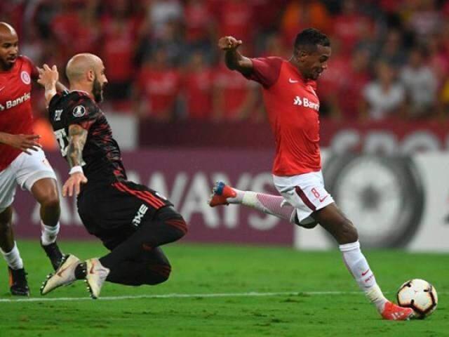 Disputa de bola desta noite no Beira Rio. (Foto: Internacional/FC)