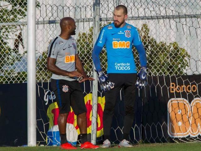 Vagner Love e Walter conversam durante treinamento do Timão (Foto: Daniel Augusto Jr./Agência Corinthians)