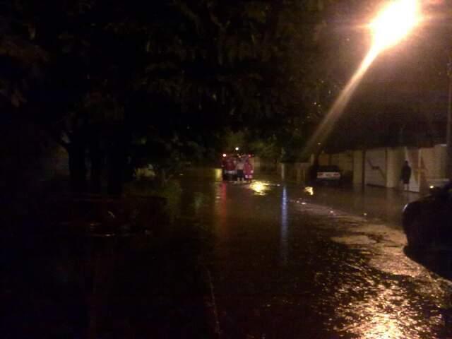 Morador conversa com bombeiro sobre estragos causados pela chuva.
