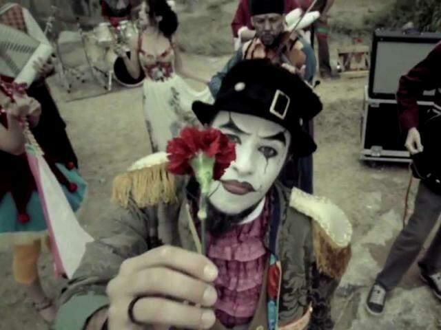 A banda O Teatro Mágico traz o show de comemoração aos 15 anos de carreira.