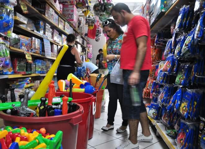 O casal Rafael e Cristiane Romeiro querem gastar R$ 300,00 com os 3 filhos.