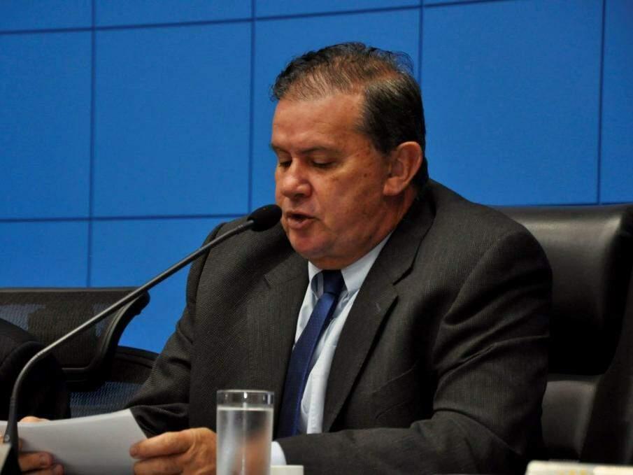 Deputado Eduardo Rocha (MDB) durante leitura de documento na Assembleia Legislativa de MS. (Foto: Luciana Nassar/ALMS).