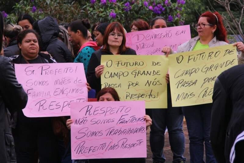 Parte dos funcionários dizem que trabalham de fato e pedem solução. (Foto: Marcos Ermínio)